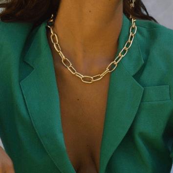 Złoty naszyjnik na szyi modelki