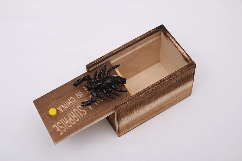 Zabawkowy pająk w pudełku