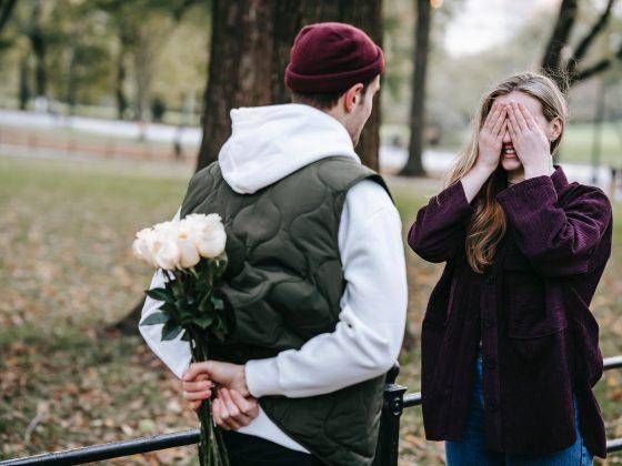 mężczyzna z kwiatami z okazji rocznicy związku
