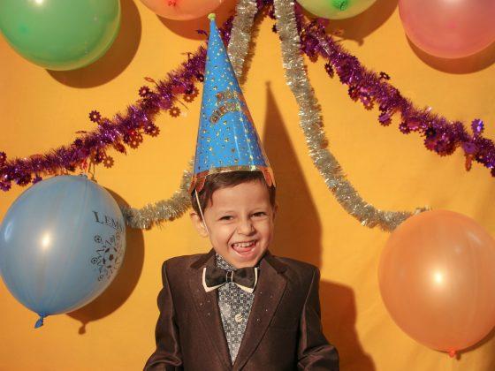 Chłopiec podczas urodzin